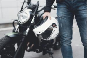 Дори да сте съвсем начинаещи в мотоциклетната езда сигурни сме, че знаете колко важни са мото панталоните за безопасността и комфорта ви по време на езда. Затова искате да откриете най-подходящите панталони за вашия стил на каране. Но тъй като за пръв път търсите този вид мото екипировка не сте сигурни как да изберете сред огромното разнообразие от модели. Съобразете стила на мото панталоните със стила си на каране Спокойно каране Круузърните мото панталони са от най-разпространения вид. Те са в свободна кройка и стил и осигуряват доста добър комфорт. Тъй като са предназначени за спокойно каране, обикновено не разполагат с допълнителна защита. Отличителната им характеристика е, че почти всички модели могат да се регулират в кръста и разполагат с доста външни джобове. Срещат се модели, изработени както от кожа, така и от текстил. Спортно каране Панталоните за състезателно каране са изработени от кожа, тъй като този материал е много издръжлив на абразия. Отличават се с кройка плътно по краката, която осигурява по-добра аеродинамика на състезателя. При тях липсват външни джобове, но допълнителната броня в проблемните области е задължителна. А тъй като са по краката на моториста, всички модели имат разтегателни вложки в областта на коленете, бедрата и дупето, за да могат да осигурят по-голямо удобство и комфорт на ездача. Градкса езда За уличните ездачи най-подходящи са мотоциклетните панталони от деним. Те приличат на обикновени дънки, но са изработени с вплетени в денима кевларени нишки, което увеличава издръжливостта им неколкократно. Кройката им е като на стандартните дънки или малко по-свободна, разполагат с външни джобове и обикновено имат допълнителни разтегателни вложки в областта на коленете за по-голямо удобство при каране. The Adventure Tourer ADV мото панталоните са най-универсалните панталони за езда. Изключително удобни са както за дълго или екстремно каране, така и каране на всякакви терени. Предлагат добър комфорт и удобство на моториста, водоустойчиви с